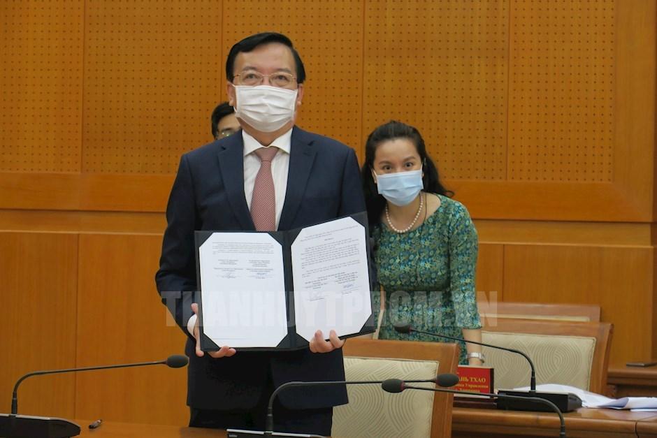 Giám đốc Sở Giáo dục và Đào tạo TPHCM Lê Hồng Sơn ký kết bản ghi nhớ hợp tác với Ủy ban Giáo dục TP Saint Peterburg