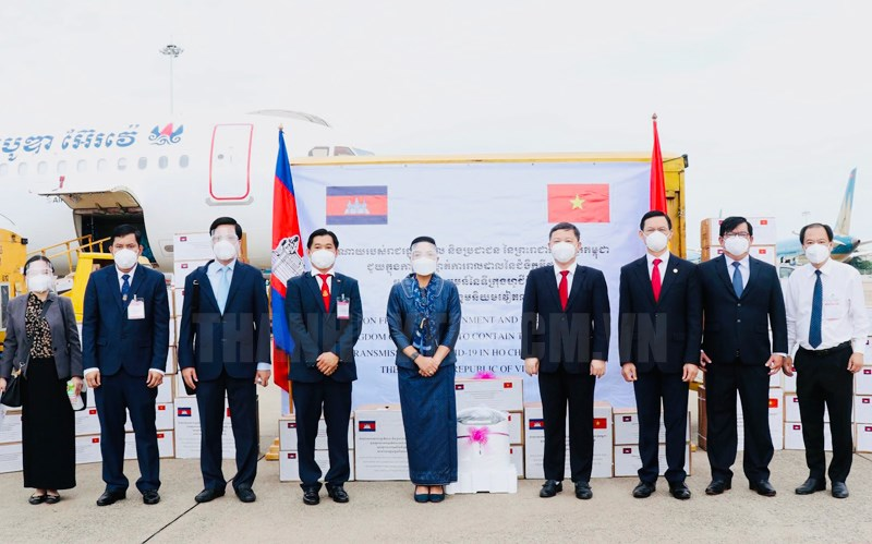 Lễ tiếp nhận lô hàng do Chính phủ và Nhân dân Vương quốc Campuchia gửi tặng hỗ trợ TPHCM.