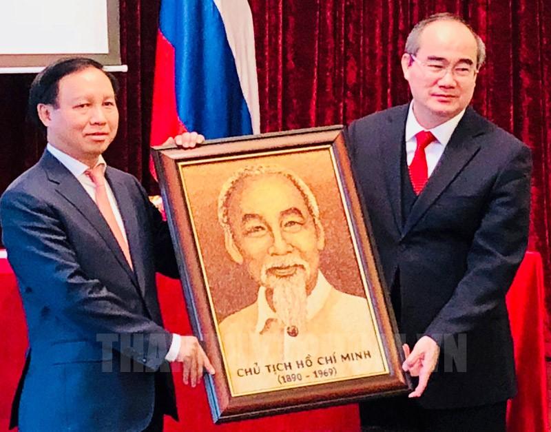 Lãnh đạo TPHCM tặng quà lưu niệm cán bộ, nhân viên Đại sứ quán Việt Nam tại Nga.