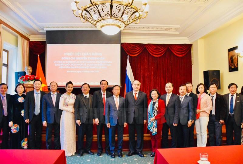 Lãnh đạo TPHCM chụp ảnh lưu niệm với cán bộ, nhân viên Đại sứ quán.