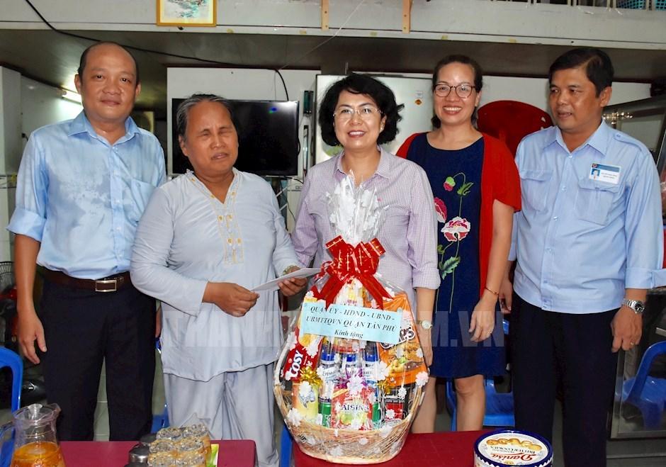 Chủ tịch Ủy ban MTTQ Việt Nam TPHCM Tô Thị Bích Châu thăm và tặng quà cho các gia đình chính sách có hoàn cảnh khó khăn trên địa bàn TP. (Ảnh: Long Hồ)