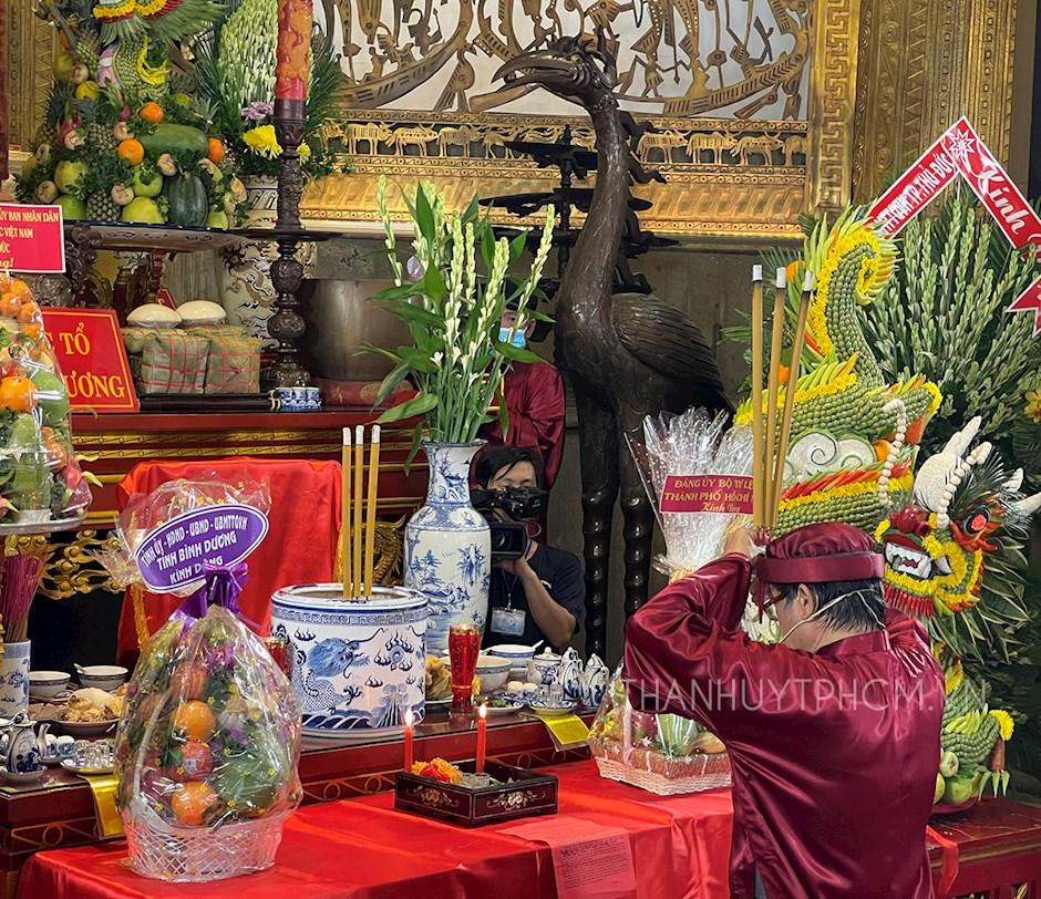 Nghi thức dâng hương tưởng niệm Quốc tổ Hùng Vương