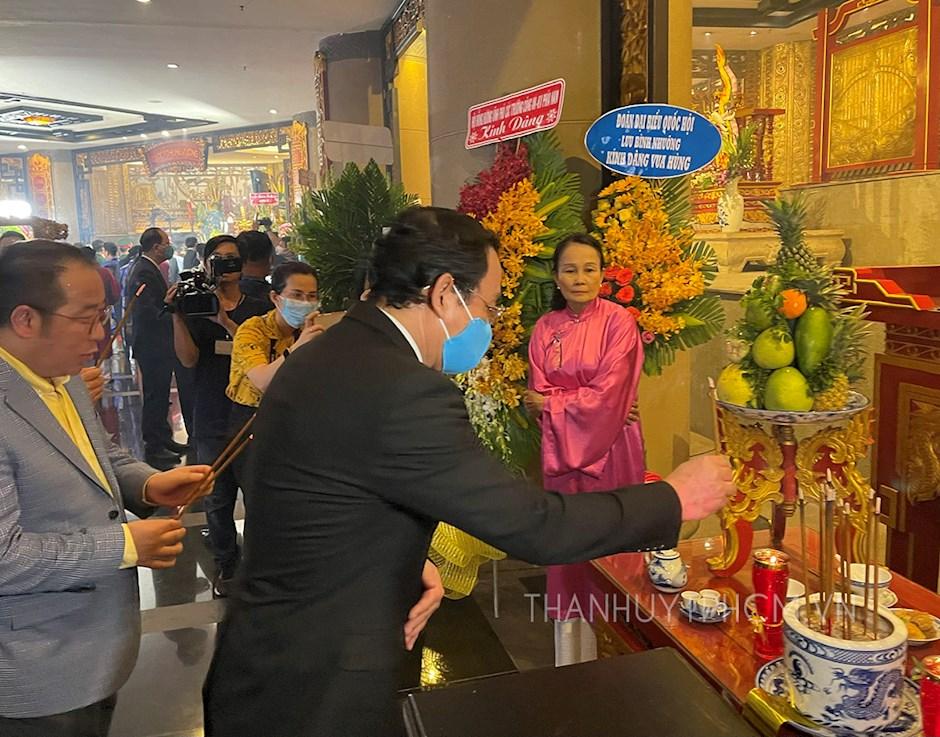 Bí thư Thành ủy TPHCM Nguyễn Văn Nên dâng hương tưởng niệm Quốc tổ Hùng Vương