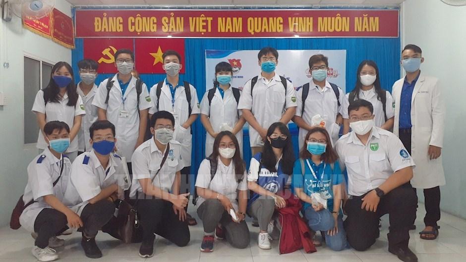 Đội hình sinh viên tình nguyện của Trường Đại học Y khoa Phạm Ngọc Thạch. Ảnh: Thy Thơ