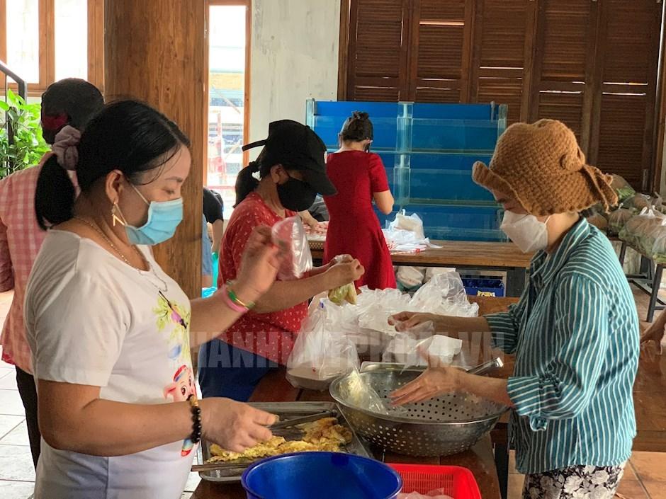 Ngoài Tủ lạnh cộng đồng, nhóm của anh Nguyễn Tuấn Khởi vẫn duy trì 4 bếp ăn yêu thương phục vụ các khu phong tỏa, cách ly khoảng 10.000 suất/ngày. (Ảnh: Kim Tuyết)