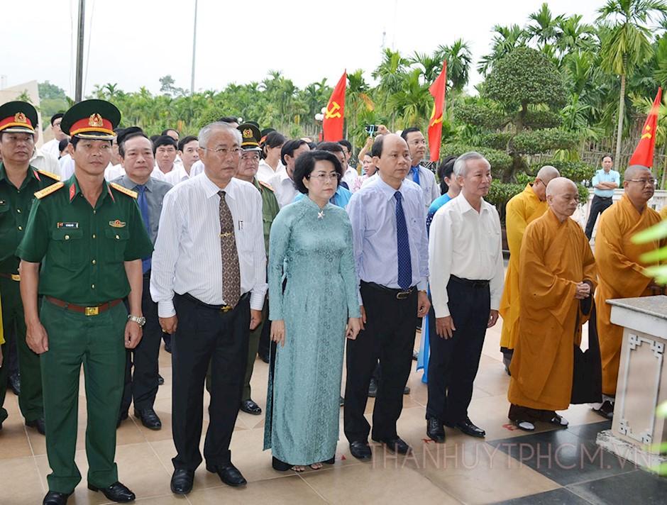 Các đại biểu tham dự lễ dâng hoa, dân hoa tại Di tích Lịch sử quốc gia Khu tưởng niệm Ngã Ba Giồng. (ảnh: Thy Dương)