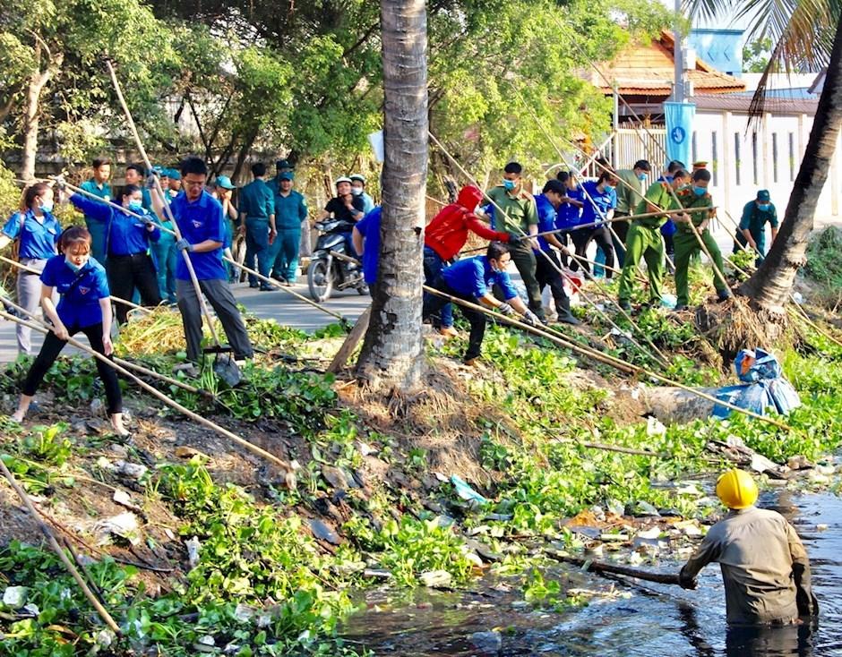 Đoàn viên, thanh niên tham gia dọn dẹp vệ sinh môi trường trên rạch Đất Sét
