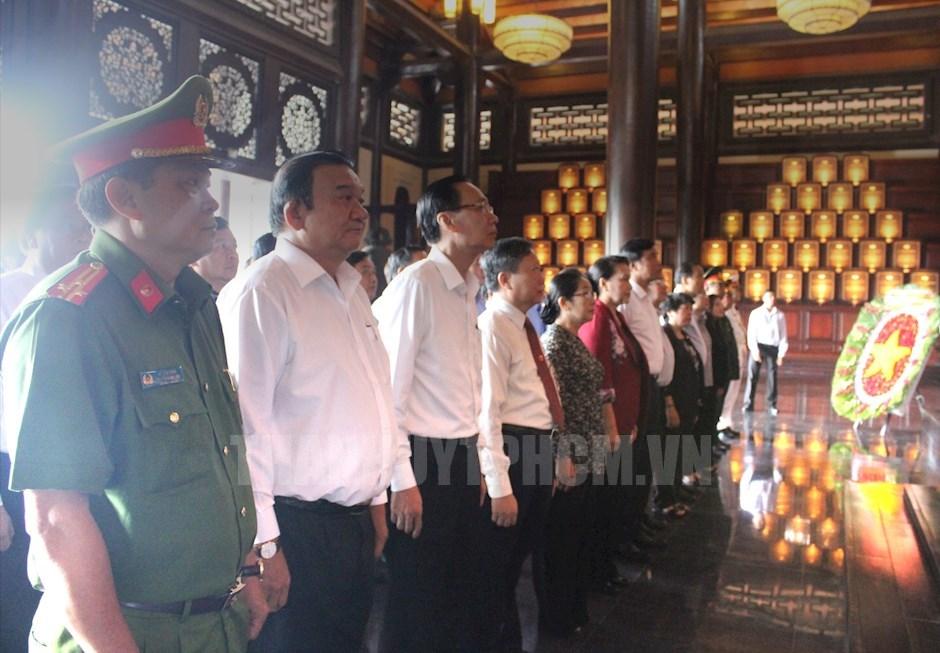 Đoàn lãnh đạo tưởng niệm anh linh các đồng chí lãnh đạo cấp ủy Sài Gòn – Gia Định qua các thời kỳ tại Khu Di tích truyền thống cách mạng Sài Gòn - Chợ Lớn - Gia Định