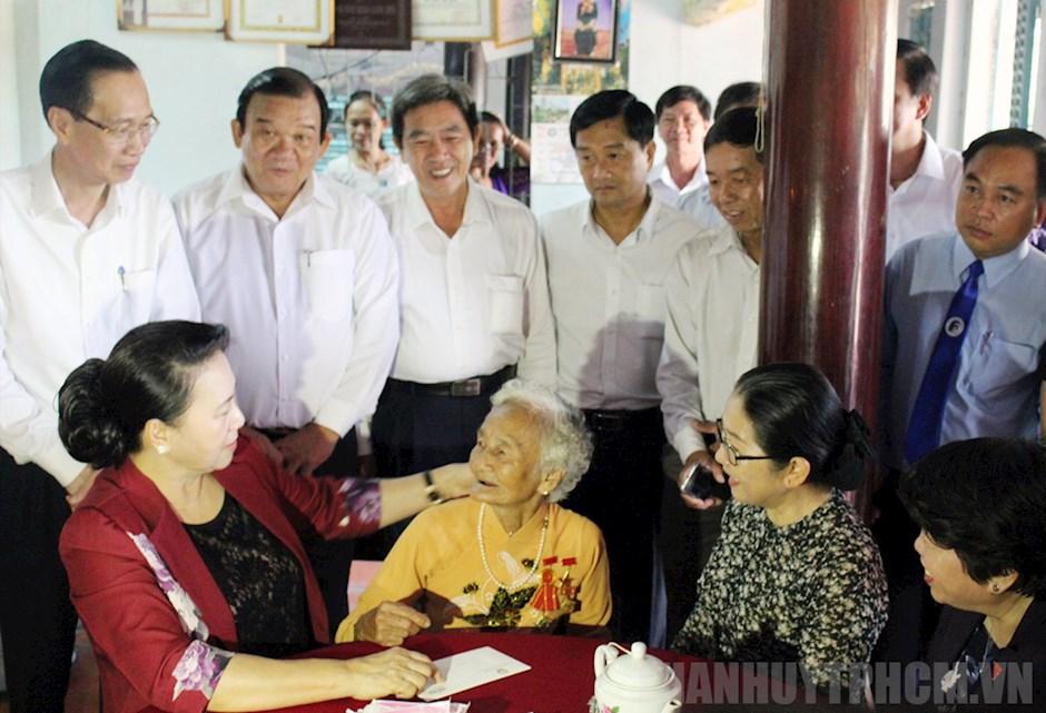Chủ tịch Quốc hội Nguyễn Thị Kim Ngân thăm Mẹ Kiều Thị Nông