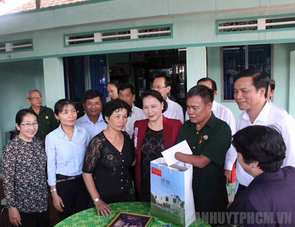 Chủ tịch Quốc hội Nguyễn Thị Kim Ngân thăm thương binh Phan Văn Đu
