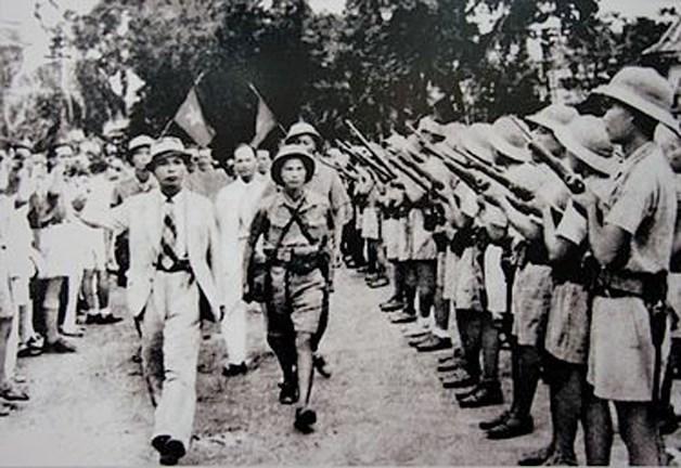 Tư lệnh Việt Nam Giải phóng quân Võ Nguyên Giáp duyệt binh lần đầu tiên ở Hà Nội ngày 26/8/1945 sau khi giành được chính quyền. (Nguồn: Ảnh tư liệu).