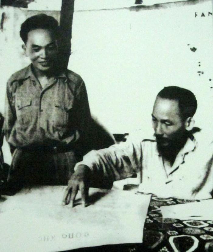 Chủ tịch Hồ Chí Minh và Đại tướng Tổng tư lệnh Võ Nguyên Giáp tại Sở Chỉ huy Chiến dịch Biên Giới (1950). (Nguồn: Ảnh tư liệu)