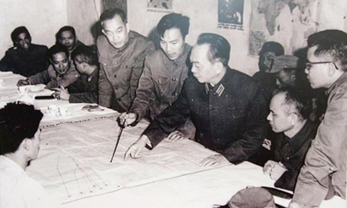 Đại tướng Tổng tư lệnh Võ Nguyên Giáp duyệt phương án đánh B52 của Mỹ tập kích vào Hà Nội năm 1972 tại Sở chỉ huy Quân chủng Phòng không - Không quân. (Nguồn: Ảnh tư liệu).