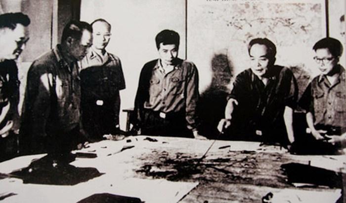 Quân ủy Trung ương đang theo dõi diễn biến chiến dịch Hồ Chí Minh (tháng 4/1975). Trong ảnh, từ trái sang phải: Đại tá Lê Hữu Đức (Cục trưởng Cục tác chiến), Thượng tướng Hoàng Văn Thái (Phó tổng tham mưu trưởng), Thiếu tướng Vũ Xuân Chiêm (Phó chủ nhiệm Tổng cục Hậu cần), Thượng tướng Song Hào (Chủ nhiệm Tổng cục Chính trị), Đại tướng Võ Nguyên Giáp (Tổng tư lệnh, Bộ trưởng Quốc phòng, Bí thư Quân ủy Trung ương), Trung tướng Lê Quang Đạo (Phó Chủ nhiệm Tổng cục Chính trị). (Nguồn: Ảnh tư liệu).
