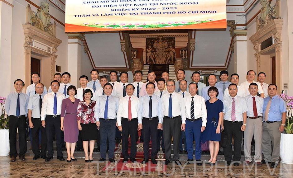 Lãnh đạo TPHCM chụp hình lưu niệm cùng đoàn Tân Trưởng cơ quan đại diện Việt Nam tại nước ngoài nhiệm kỳ 2020 - 2023