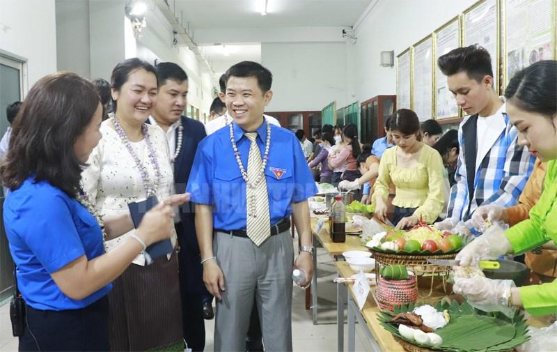 Đại biểu tham quan gian hàng ẩm thực 3 nước.