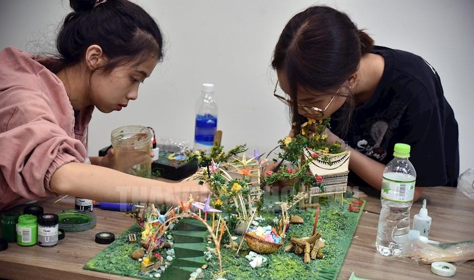 Sinh viên thiết kế mô hình Lễ hội Tết Việt 2021