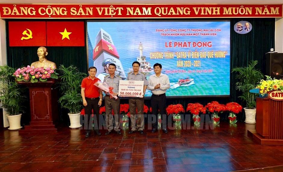 Lãnh đạo Đảng ủy Satra trao tặng cán bộ, chiến sĩ Chi đội Kiểm ngư số 2 số tiền 50 triệu đồng. Ảnh: Tất Minh