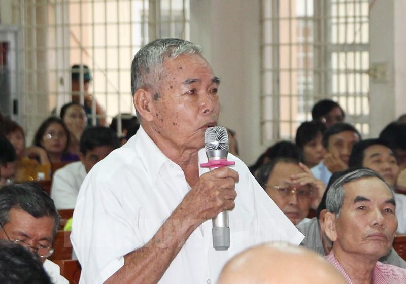 Cử tri huyện Củ Chi phát biểu tại buổi tiếp xúc với Tổ Đại biểu Quốc hội TPHCM.