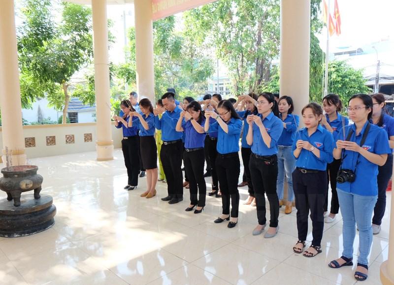 Đoàn viên đến thắp hương tại Bia ghi danh liệt sĩ xã Bình Hưng - huyện Bình Chánh.