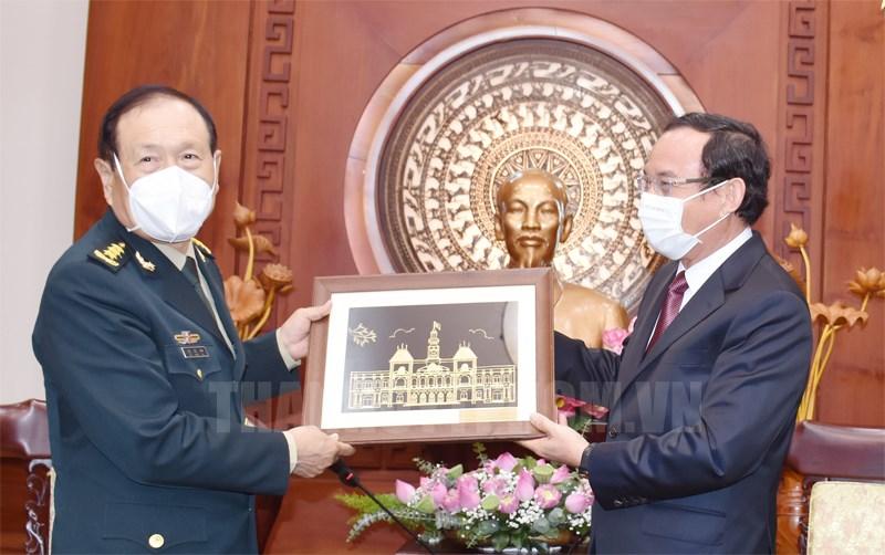 Bí thư Thành ủy TPHCM Nguyễn Văn Nên tặng quà lưu niệm Bộ trưởng Bộ Quốc phòng Trung Quốc Ngụy Phượng Hòa.