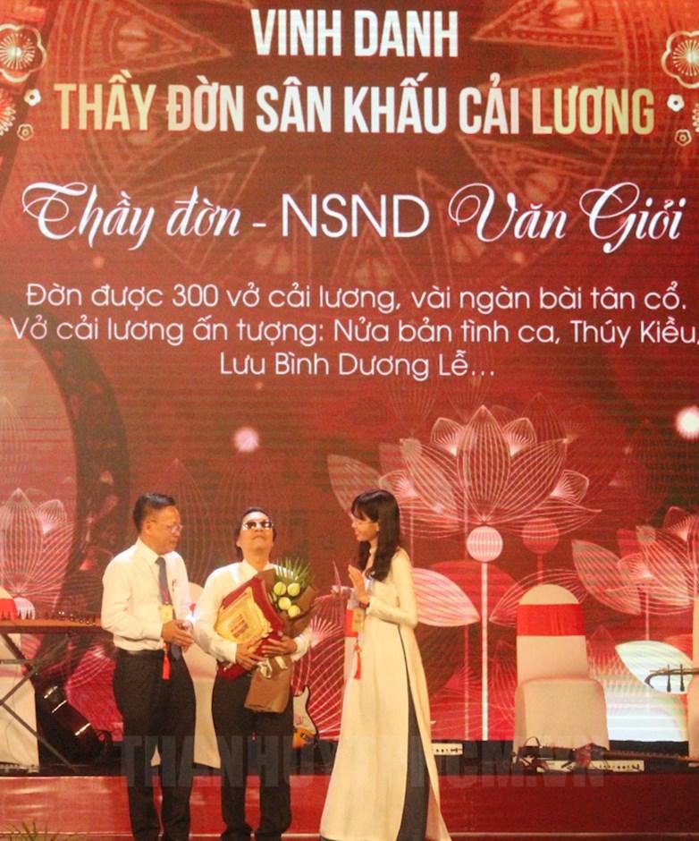 Trưởng Ban Dân vận Thành ủy TPHCM Nguyễn Hữu Hiệp và Bí thư Thành đoàn TPHCM Phan Thị Thanh Phương tôn vinh danh cầm Văn Giỏi.