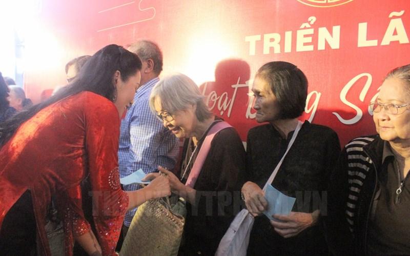 Phó Chủ tịch Hội Sân khấu TPHCM, NSƯT Trịnh Kim Chi trao quà tặng các nghệ sĩ nghèo.