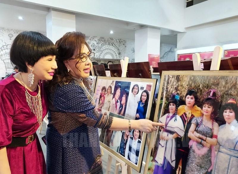 NSND Lệ Thủy và NSƯT Thanh Kim Huệ bắt gặp hình ảnh của mình tại triển lãm.