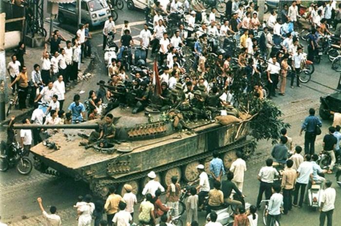 Nhân dân Sài Gòn vui mừng đón đoàn quân giải phóng tiến vào thành phố Sài Gòn. (Ảnh tư liệu)