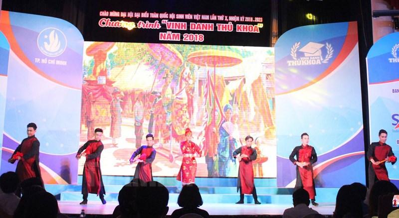 Đông Triều đặc biệt chú trọng đưa chất liệu dân tộc vào trong các tiết mục biểu diễn của mình.