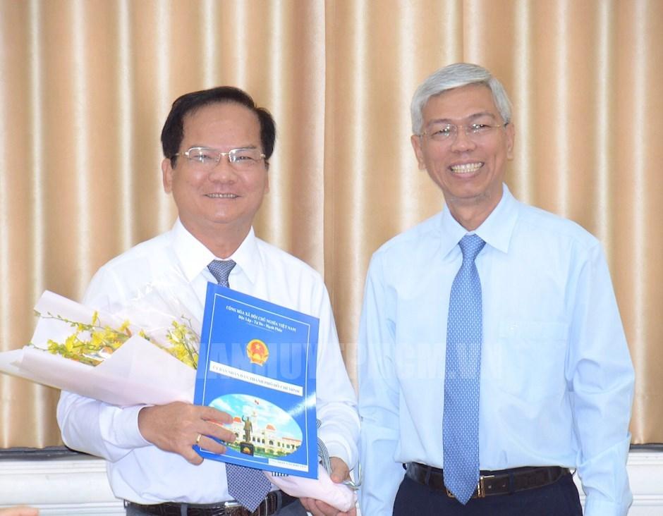 Phó Chủ tịch UBND TPHCM Võ Văn Hoan trao quyết định và tặng hoa chúc mừng đồng chí Trần Văn Khuyên
