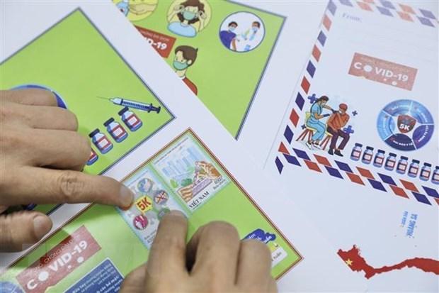 Người sưu tập tem đến mua, sử dụng bộ tem mới được phát hành. (Ảnh: TTXVN)