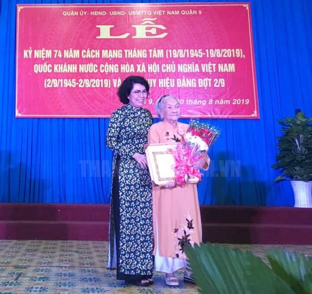 Đồng chí Tô Thị Bích Châu, Chủ tịch Ủy ban MTTQ VIệt Nam TPHCM trao Huy hiệu 70 năm tuổi Đảng cho đồng chí Phạm Thị Nhâm, đảng viên Đảng bộ phường Phước Long A. (Ảnh: Ngọc Thắm)