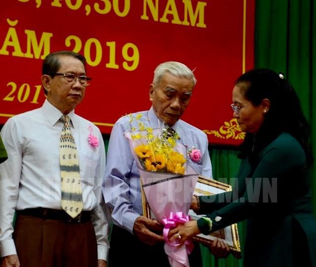 Chủ tịch HĐND TPHCM Nguyễn Thị Lệ trao Huy hiệu Đảng cho các đồng chí tròn tuổi Đảng