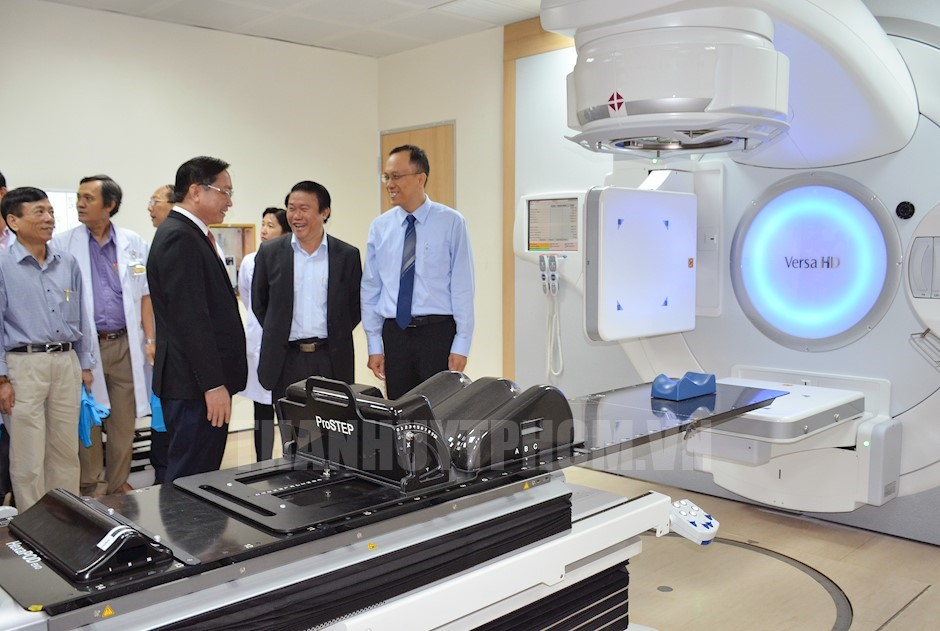 Các đại biểu tham quan hệ thống gia tốc xạ trị - xạ phẫu đa năng lượng VERSA HD