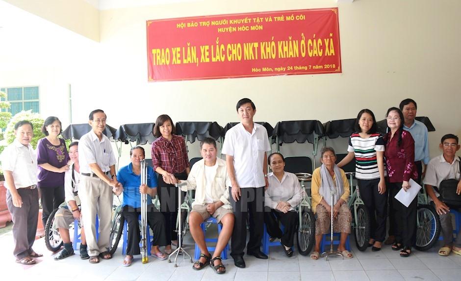 Trao tặng xe lăn, xe lắc cho người khuyết tật có hoàn cảnh khó khăn ở các xã