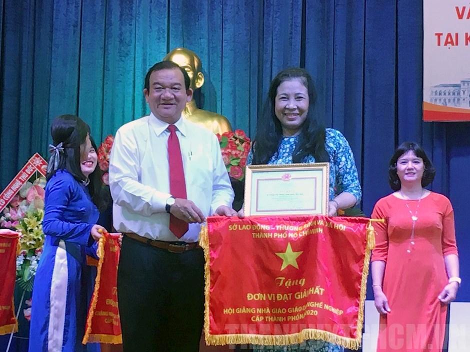 Giám đốc Sở Lao động, Thương binh và Xã hội TPHCM Lê Minh Tấn trao giải Nhất cho các cá nhân đạt thành tích cao tại hội giảng