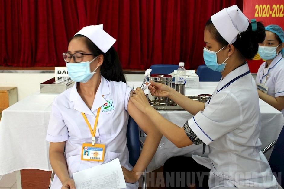 Tiêm chủng vắc xin Covid-19 cho nhân viên y tế Quận 1